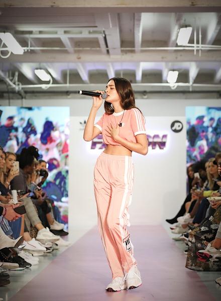 Evento con sfilata adidas Originals Falcon con performance Charlotte Lawrence
